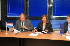Ambassador of the Netherlands to Bosnia and Herzegovina, H.E. Mr. Sweder van Voorst tot Voorst, and the Director-General of the International Commission on Missing Persons Ms. Kathryne Bomberger, sign the agreement.
