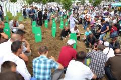 Porodice okupljene na ukopu u Potočarima.